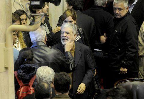 aliviado. El ex ministro de Planificación recibe el saludo de sus  colegas de bancada. En su defensa