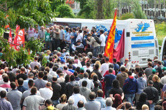 Movilización en el cordón. Los despidos y suspensiones golpean duro a los trabajadores santafesinos.