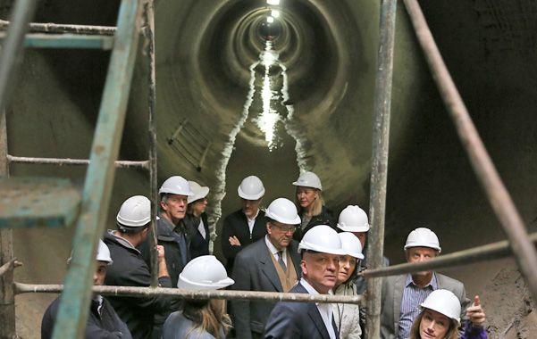 Por dentro. El gobernador y la intendenta recorrieron ayer el conducto situado debajo de la avenida Sorrento.