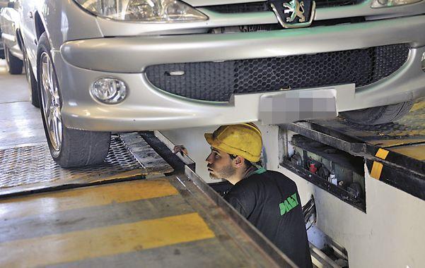Bajo la lupa. Los vehículos con más de tres años de antigüedad deben realizar la inspección técnica.