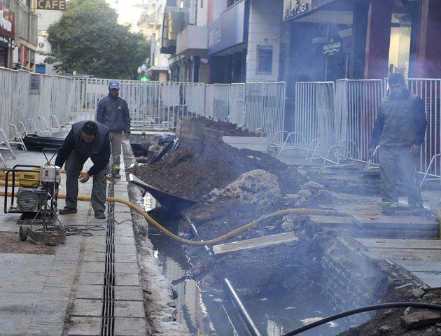 El caño roto inundó una obra de la EPE en la peatonal. (Foto: V. Benedetto)