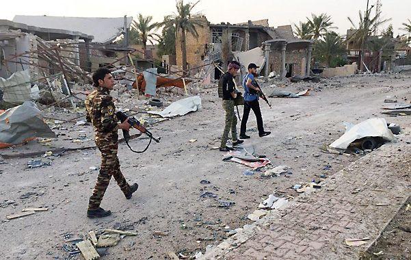 Combates. Fuerzas iraquíes y combatientes tribales patrullan Ramadi antes de la captura por parte de EI.