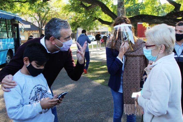 El intendente Pablo Javkin dialoga con vecinos en el Playón del Saladillo.