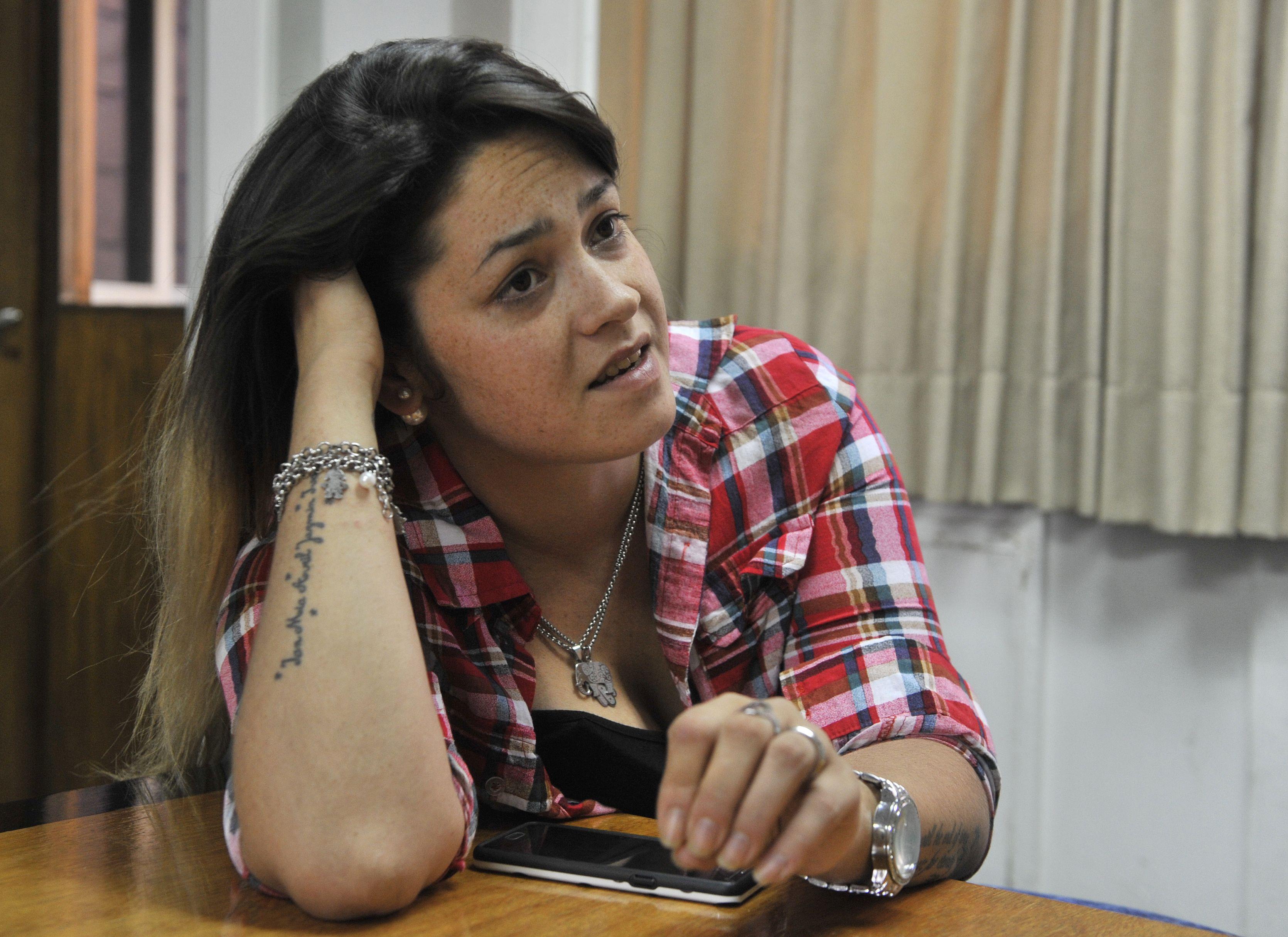 Leila Rodríguez tiene tatuados los nombres de sus hijos en el brazo con el que enumera las respuestas que busca. (Virginia Benedetto / La Capital)