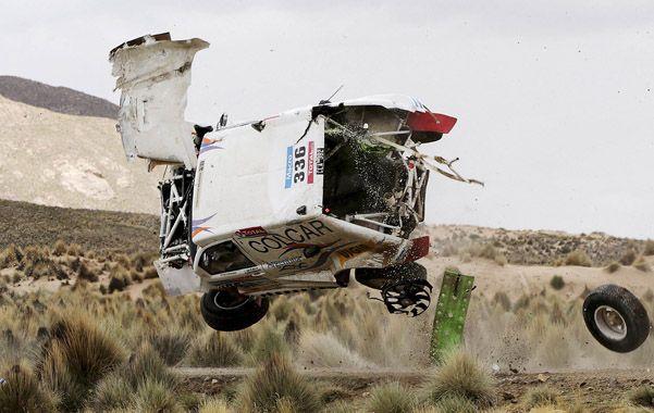 Escalofriante. El Mercedes de Silva da vueltas por el aire. El accidente dejó mudo al campamento argentino. Por suerte no hubo víctimas.