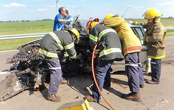 Salvataje. Los bomberos intentan rescatar el cuerpo de la víctima.