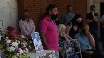 Los padres de Juan Carlos Chiocca cerca de la foto de su hijo recientemente fallecido.