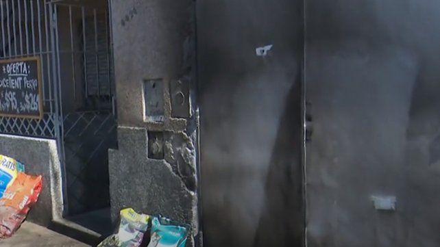 Les balearon la fachada y les tiraron una molotov para que se vayan de la casa