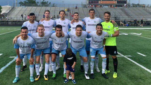 Bien de acá. Naples tiene 10 titulares argentinos. El arquero y capitán del equipo es el rosarino Cristian Blanco.