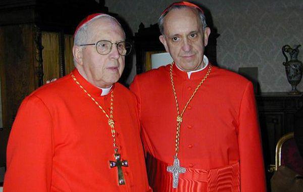 El cardenal argentino Jorge María Mejía junto a Bergoglio en una imagen de archivo.