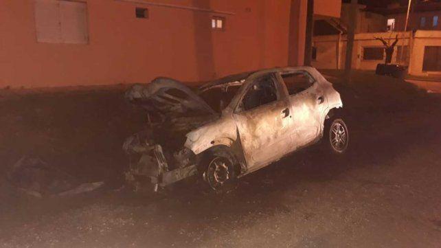 Un auto robado el 28 de octubre pasado en Rosario apareció quemado a 40 cuadras de la escena del crimen. Sería el auto de apoyo para cubrir al sicario.