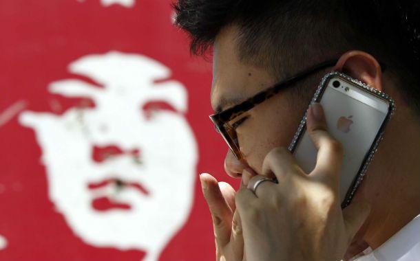 En la mira. Apple y su celular es objeto de recelo de la prensa asiática.