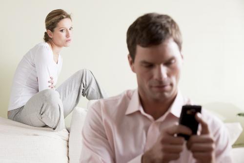Los hombres que ganan mucho más que sus esposas son más propensos a ser infieles.