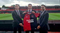 El presidente de Newells, Ignacio Astore, muestra la camiseta con el nuevo sponsor para la camiseta: City Center Online.