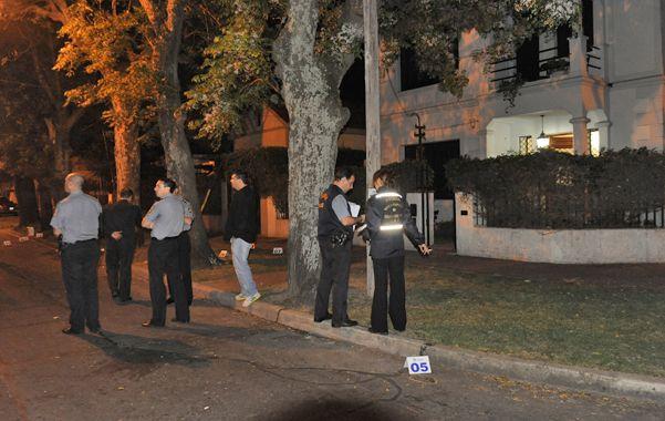 Enjambre policial. La tranquila cuadra del barrio de Alberdi se llenó de policías la noche del viernes