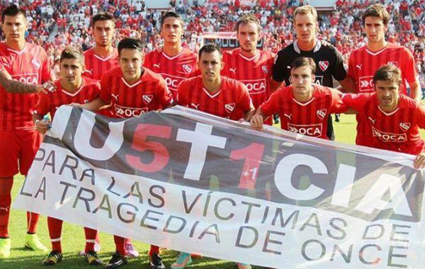El plantel del Rojo posó con una bandera en homenaje a las víctimas de Once