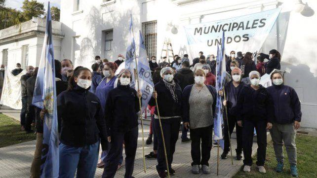 Los trabajadores del hospital Vilela se manifestaron hoy en reclamo de más personal de salud.