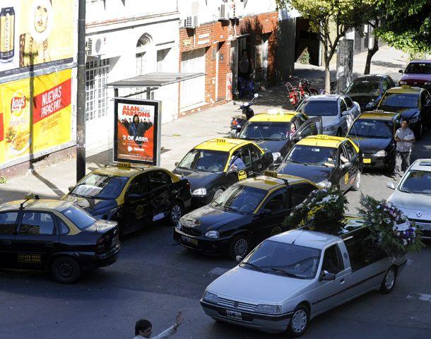 Los taxistas dieron presente en el entierro de Sergio Quinteros. (Foto: V. Benedetto)