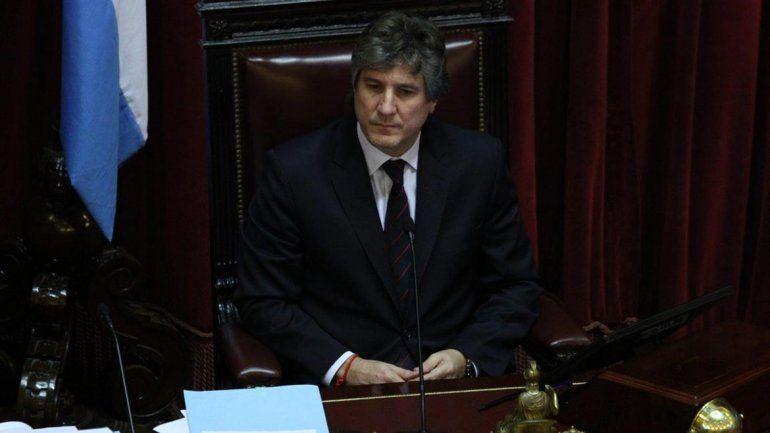 Los senadores de la oposición se retiraron esta tarde del recinto luego de repudiar la presencia del titular del cuerpo y vicepresidente