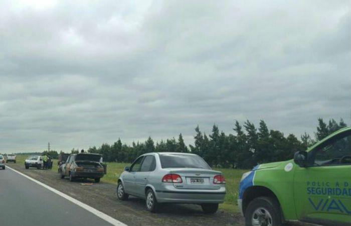 El auto que se descompuso en la autopista. (Foto vía Twitter de @funeshoy)