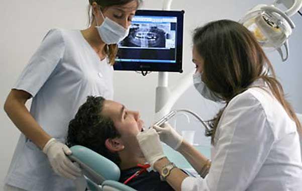 Salud bucal. Los especialistas recomiendan optimizar la higiene y hacer consultas periódicas al odontólogo.