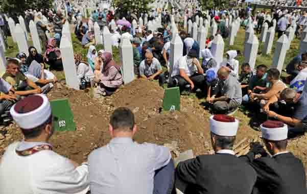 El memorial. Los restos de 136 víctimas musulmanas de la matanza recientemente identificadas reciben sepultura.
