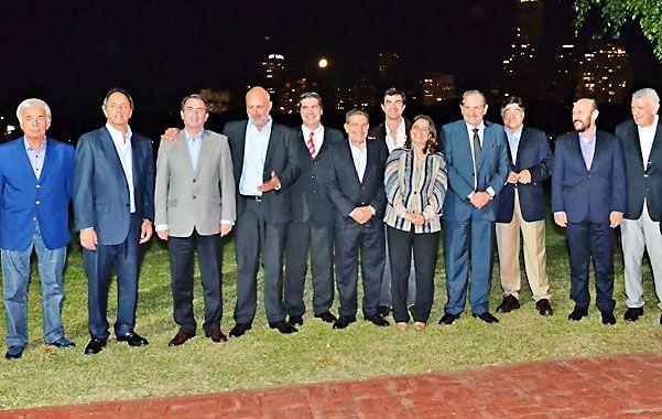 Para el álbum. Algunos de los gobernadores que fueron a Palermo. Zannini (derecha) no se quiso perder la foto.