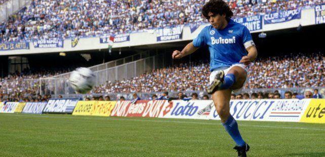La rompió. Diego Maradona jugó de lateral izquierdo en Napoli