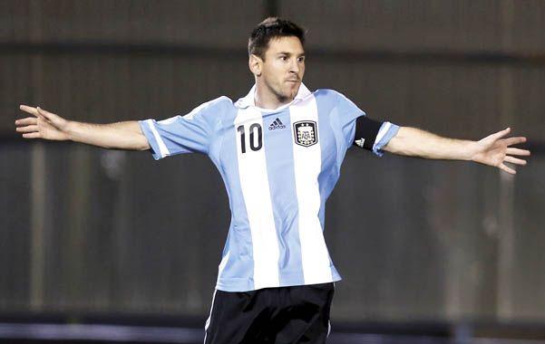 Siempre él.  El rosarino ejecutó con su habitual categoría el penal y convirtió el primer gol argentino.