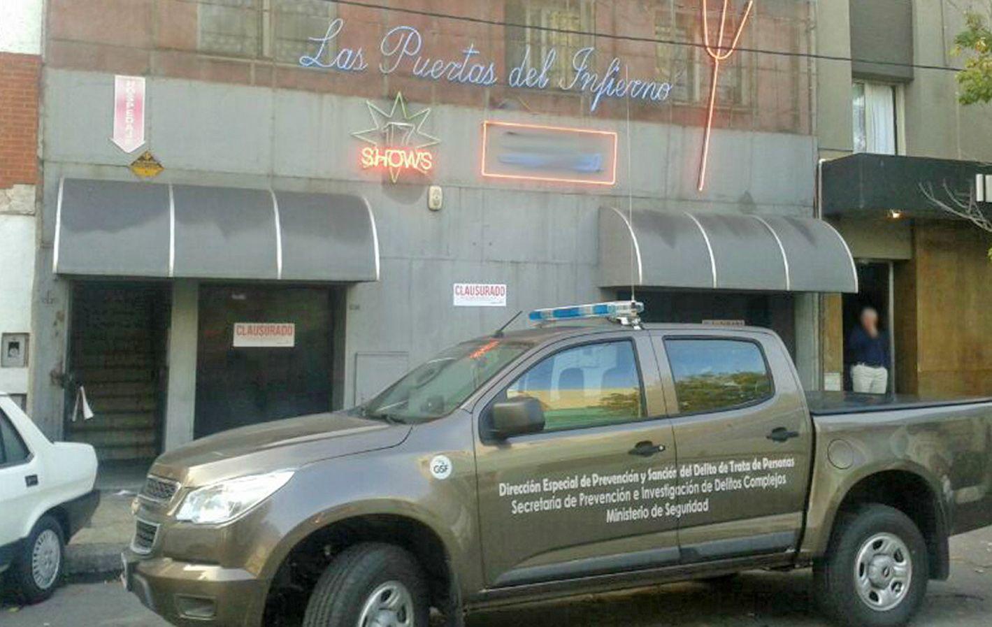 """No va más. Una camioneta de Delitos Complejos franquea el ingreso a La Rosa a metros del cartel """"Las puertas del Infierno"""""""