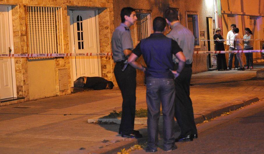 En el portón. El cuerpo de Aldo Acosta quedó tendido frente a la casa.