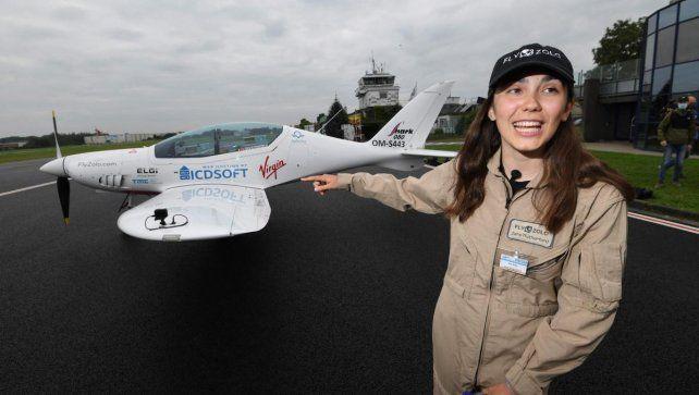 Una joven de 19 años inició la vuelta al mundo en un avión biplaza para ser Récord Guinness
