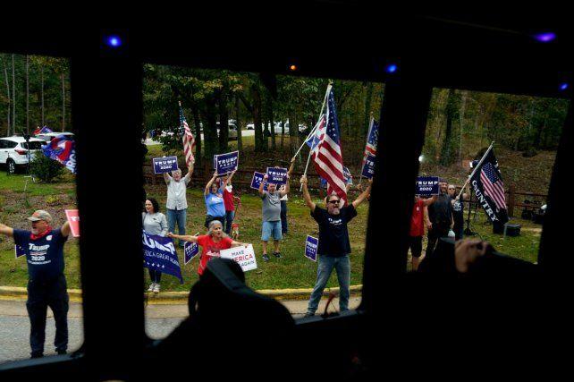 BANDOS. Seguidores de Trump gritan frente a la caravana de Joe Biden.