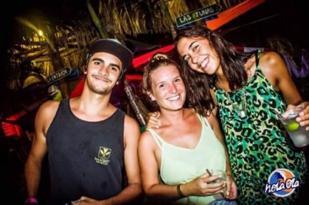 Turistas. La foto tomada en el bar Hola ola donde se ve a Marina y María José con el muchacho en cuestión.