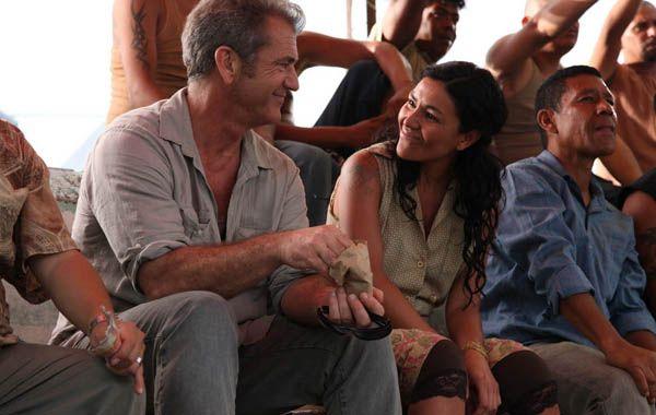 Mel Gibson también tiene tiempo para seducir bellas mujeres