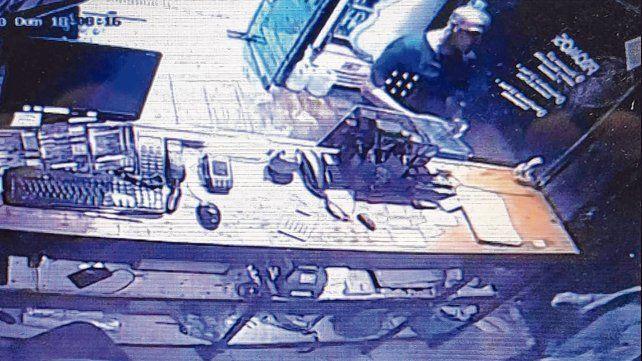 Monos en guerra.Hector B. fue captado por la cámara de una pizzería desde donde pidió el remís que luego robó.