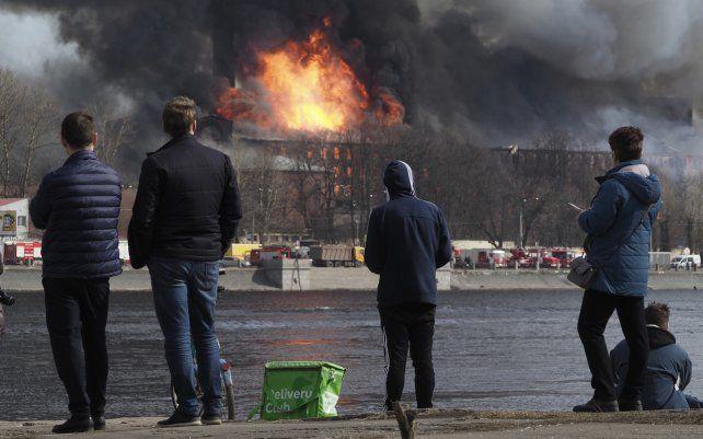 El humo y las llamas se elevan desde la fábrica textil Nevskaya Manufaktura
