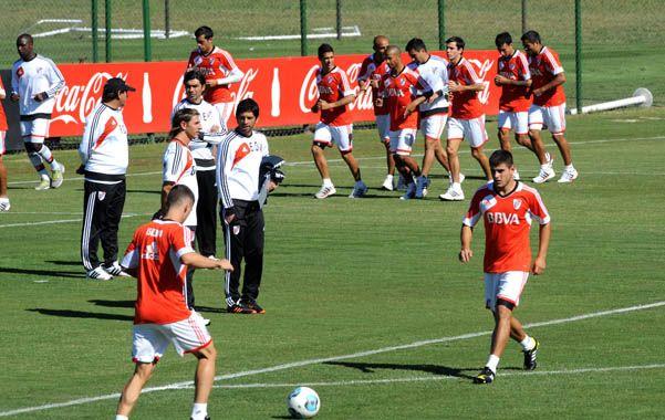 Lo piensa. Ramón Díaz estuvo atento a la práctica. Primero probó con Mora y Luna.