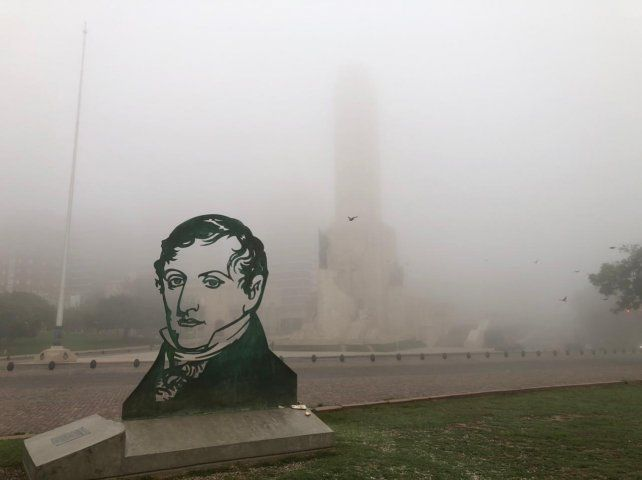 La mañana amaneció cubierta de una espesa neblina en la franja de la costa rosarina.