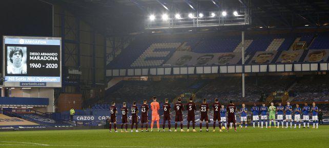 En el partido que el Leeds de Marcelo Bielsa le ganó al Everton también se hizo un minuto de silencio en memoria de Diego Maradona.