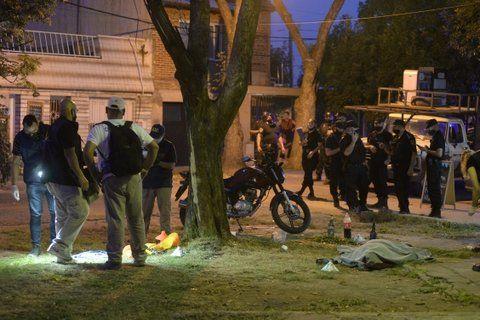 El cuerpo de Luis Leones quedó tendido bajo un árbol y junto a las botellas que compartía con sus compañeros.