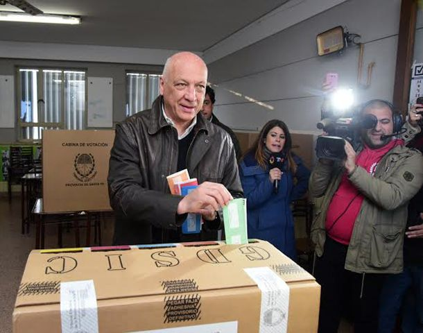 Bonfatti fue a votar acompañado por su esposa.