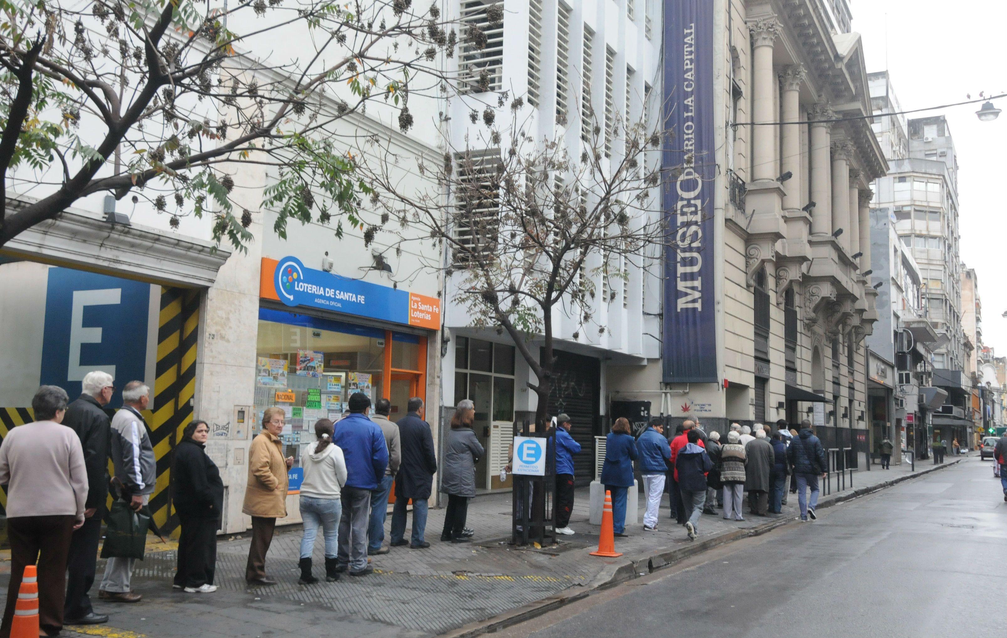 Una larga cola se formó frente a la sede del diario La Capital