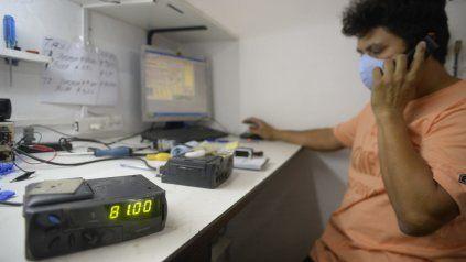 Ajustando relojes.Las más de 3.800 licencias de taxis se aprestan a actualizar sus aparatos para cobrar un 30 por ciento más caro.