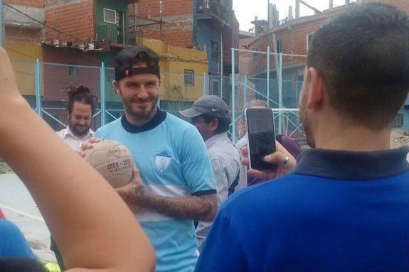 Beckham compartió dos horas con los chicos en la villa. (Foto vía twitter @condolasa)