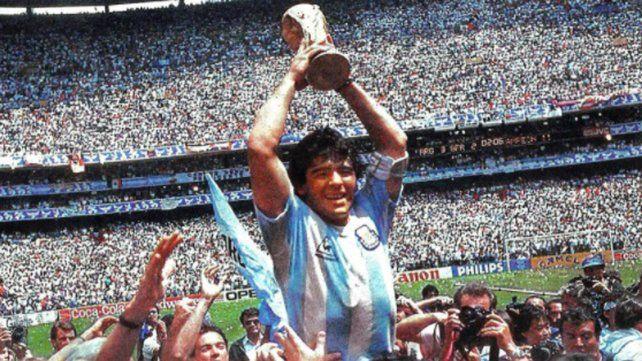 Diego Maradona levanta la Copa del Mundo en México 86.