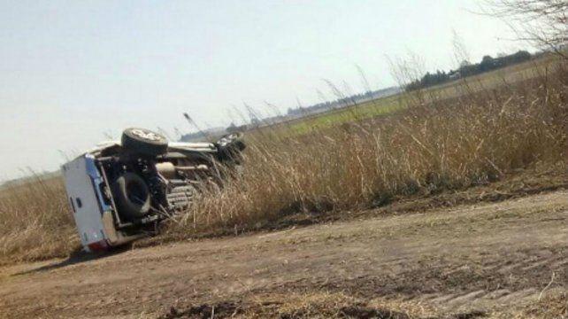 La camioneta Hilux en la que huían escapaban tres hombres volcó en un camino rural. (gentileza Ahora Casilda)