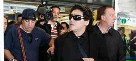 Maradona y Bilardo llegaron a España y el aeropuerto se saturó de periodistas