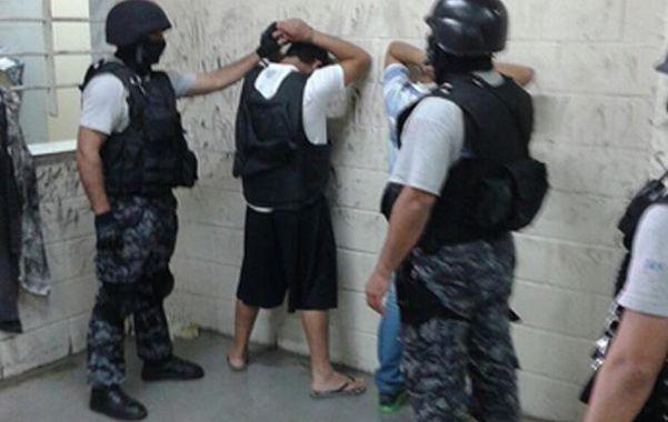 Cantero y Chamorro ya fueron bajados del vehículo de traslado y son revisados en el ingreso al penal de Ezeiza.
