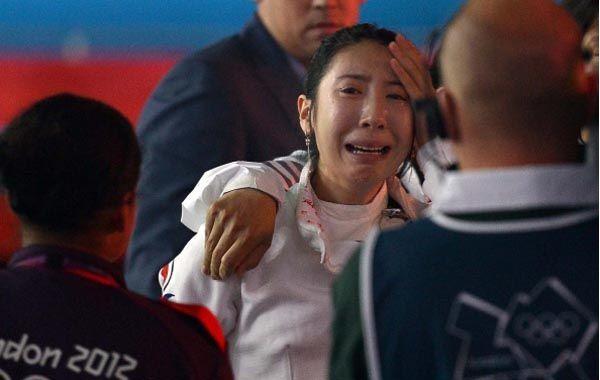 La esgrimista coreana no puede parar de llorar tras considerar que la perjudicaron con un fallo.
